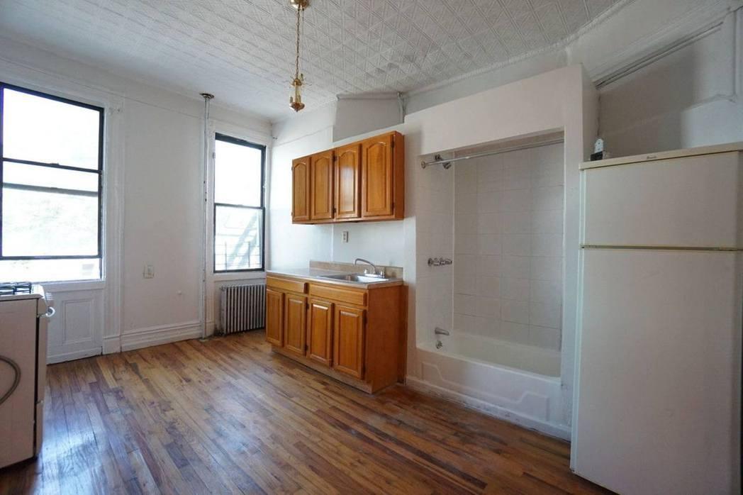 屋內的浴缸竟然放在廚房位置!(streeteasy網頁圖片)