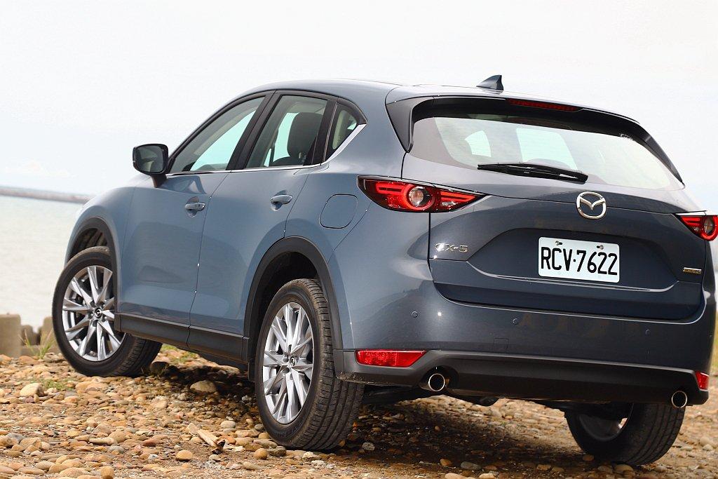 Mazda工程師透過金屬漆調和出淡藍色調,再搭配車身鈑件折射即能在不同光影照射下...