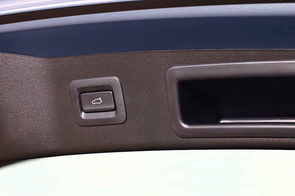 Mazda CX-5旗艦獻定版則多了便捷置物的電動尾門機構。 記者張振群/攝影