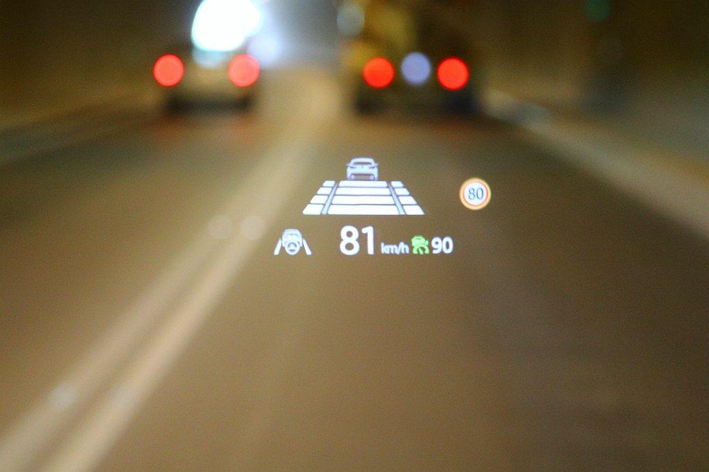 前擋投影式全彩抬頭顯示系統,內容顯示相當多元(包括車速、道路限速、駕駛輔助系統狀...