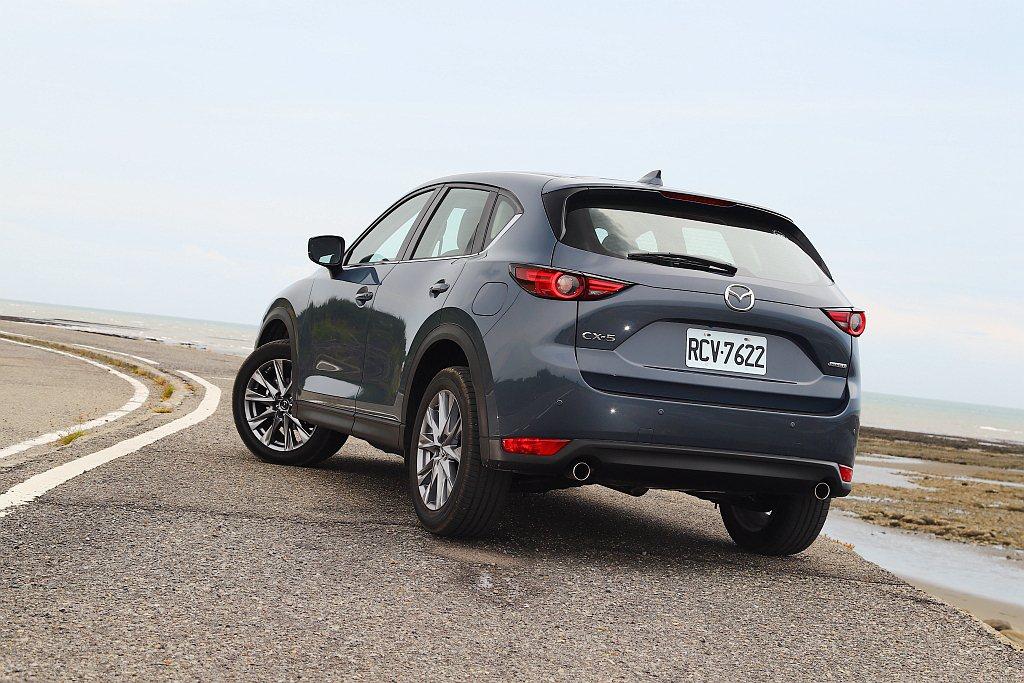 相比市場同級對手,Mazda CX-5過彎時的俐落表現還是相當令人激賞。 記者張...