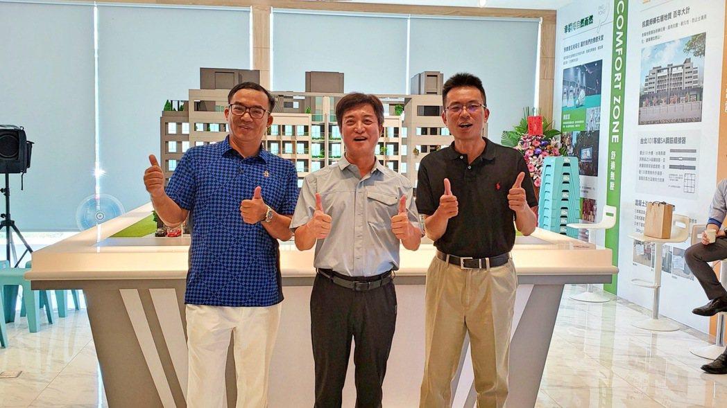 福翌建設總經理王獻璋(左起)、董事長侯健一、陳逸邦建築師一同合影。 張傑/攝影