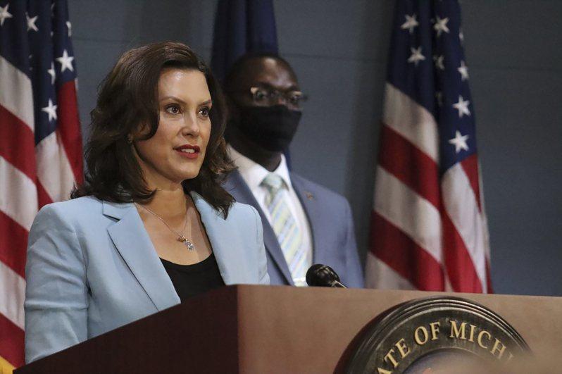 密西根州州長葛瑞琴‧惠特默(見圖)10日發布行政令,強制全州居民在室內要戴口罩,也規定商家必須拒絕沒有戴口罩或用布遮住口鼻的顧客入內,違者將受罰。 美聯社