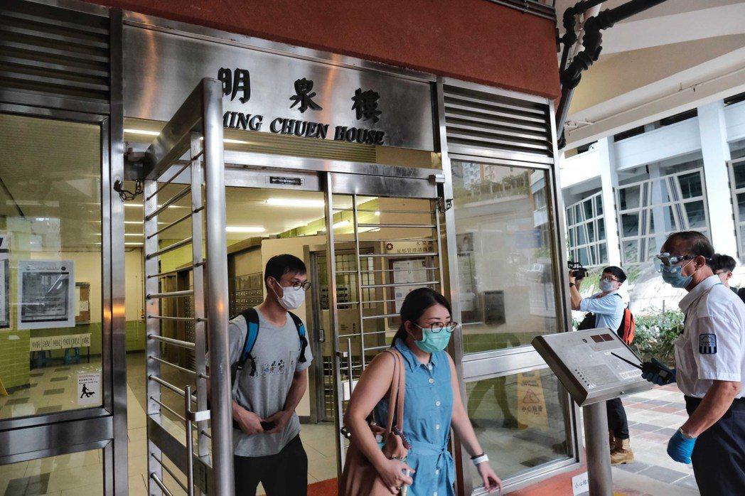 屋邨大爆發,1棟樓11人確診,單日增32宗本地個案。 中國新聞社