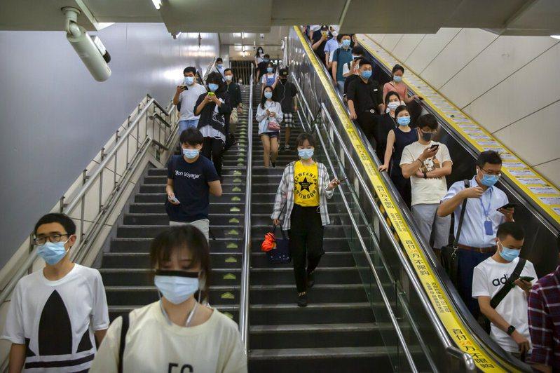 北京地鐵站的通勤者都戴上口罩防疫。 圖/美聯社