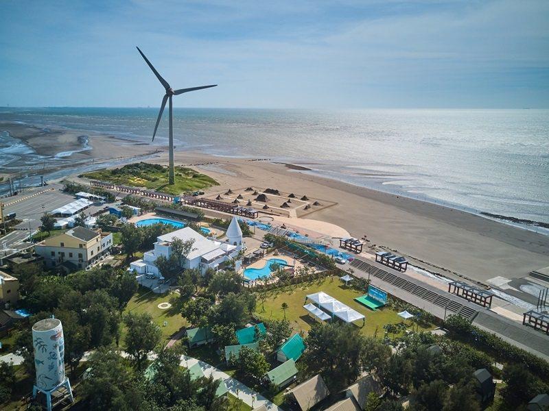 從空中鳥瞰整個大安濱海樂園及向海那漾。 攝影/李文欽