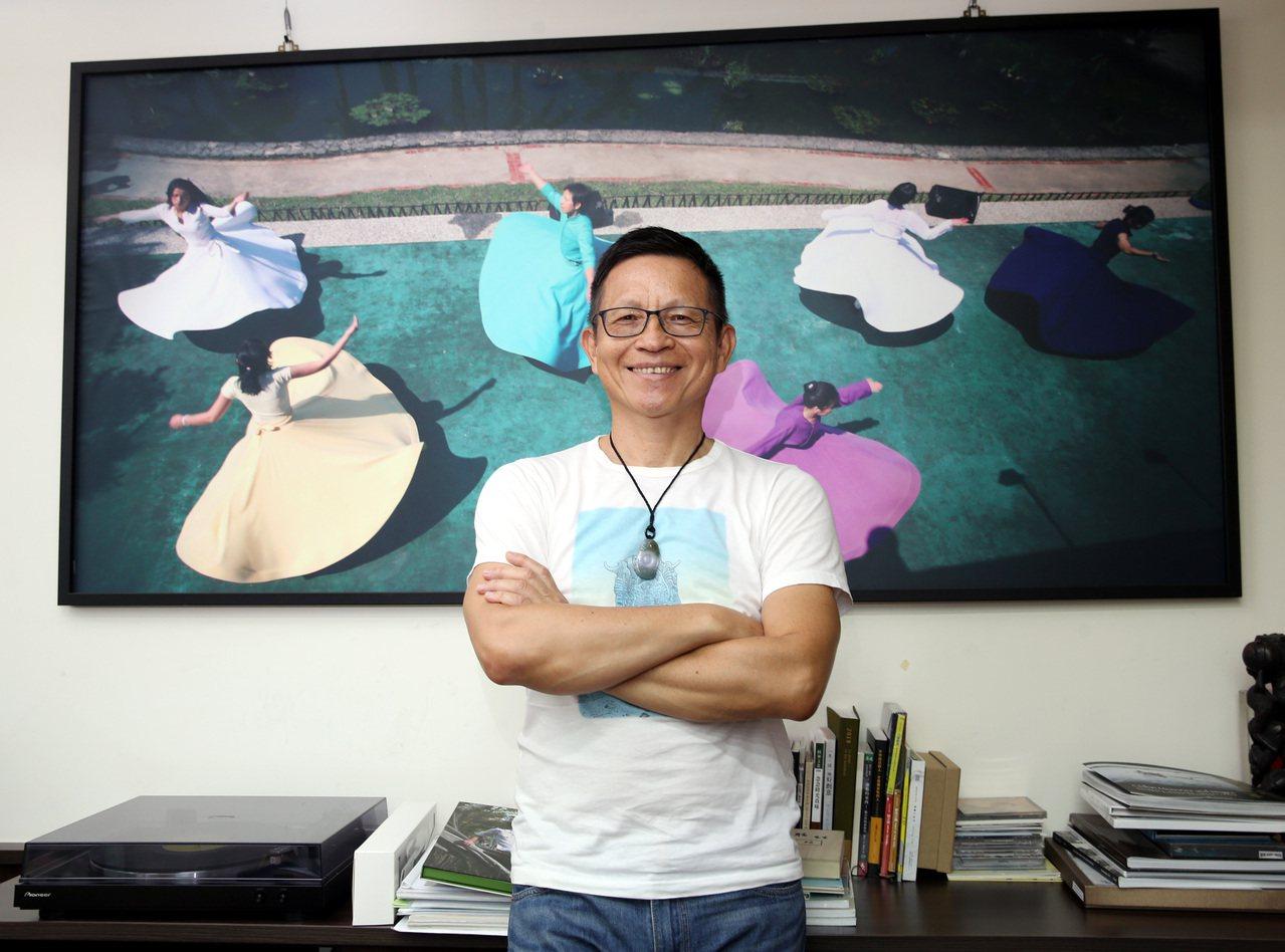 風潮音樂創辦人楊錦聰藉著「蘇菲旋轉」的自然律動,蓄積身心靈的能量。記者侯永全/攝...
