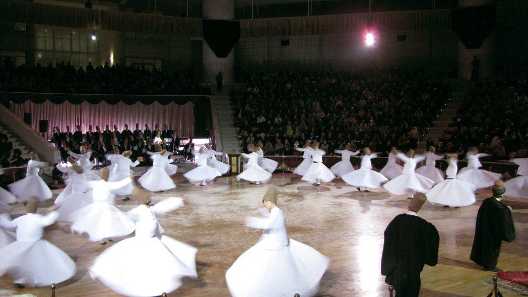在土耳其孔亞魯米慶典中,托缽僧的旋轉演出。圖/楊錦聰提供