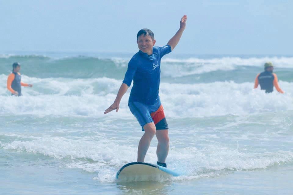 2018年,楊錦聰在澳洲拜倫灣學習衝浪。圖/楊錦聰提供