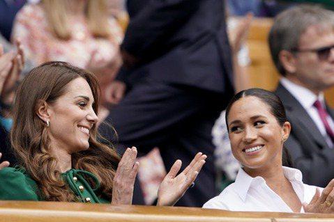 英國兩位王子之妻—凱特、梅根,年歲相差不大,理當很有話聊,卻偏偏弄到全天下都知道她們有心結,英國媒體更常在兩人之間製造競爭的氣氛,譬如「每日鏡報」近來舉辦「最喜歡的皇室成員」票選,凱特竟然擊退常年奪...