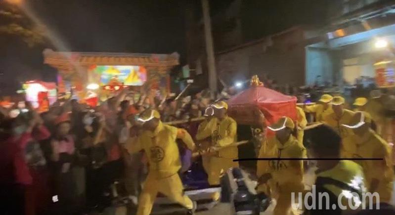 白沙屯媽祖回鑾今天清晨4時,從周家世住處起駕,在信眾簇擁下,沿彰化市中華西路前行。記者劉明岩/攝影