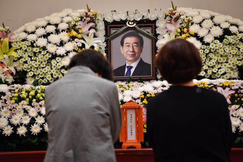 失聯南韓首爾市市長朴元淳證實身亡,圖為7月10日,市民在首爾大學醫院內設立的靈堂內悼念。中新社