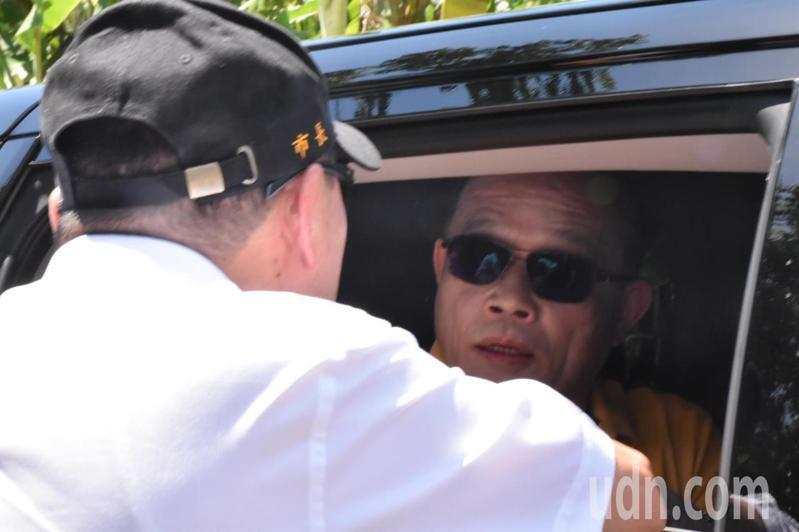 新北市長侯友宜因無法跟行政院長蘇貞昌同場出席活動,在下個行程中途攔截蘇貞昌座車。記者江婉儀/攝影