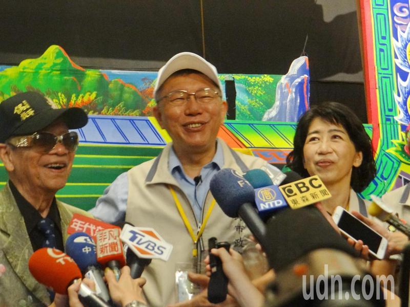 柯文哲在雲林布袋戲館受訪談到黨員大會及老婆臉書等問題,他笑著一一回答。記 者蔡維斌/攝影