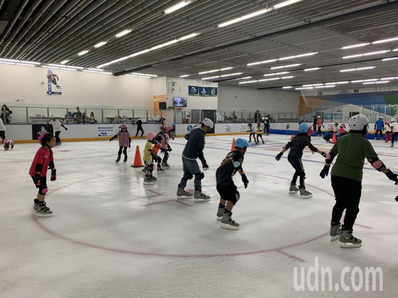 土城運動中心的冰宮大小是小巨蛋的3分之2,暑假平日就可看到大小朋友在場內溜冰。記者魏翊庭/攝影