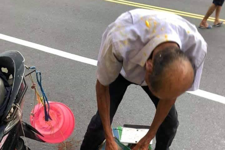台南爺爺路邊賣芒果遭男子拿芒果砸頭 引眾怒警追查