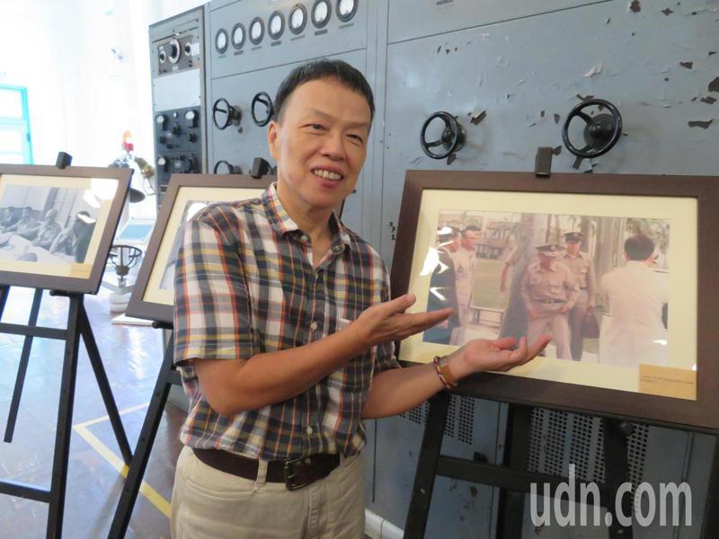 名導演王小棣看到父親故陸軍上將王昇當年視察央廣民雄分台英姿煥發照片,笑說,「父親身材保持不錯!」。記者魯永明/攝影