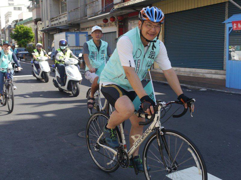 民眾黨高雄市長參選人吳益政繼續單車行程,批評橋頭科學園區是模糊性工業區。記者徐白櫻/攝影