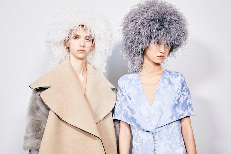 搶眼的羽毛頭飾增添2020秋冬女裝的華麗氛圍。圖/LOEWE提供