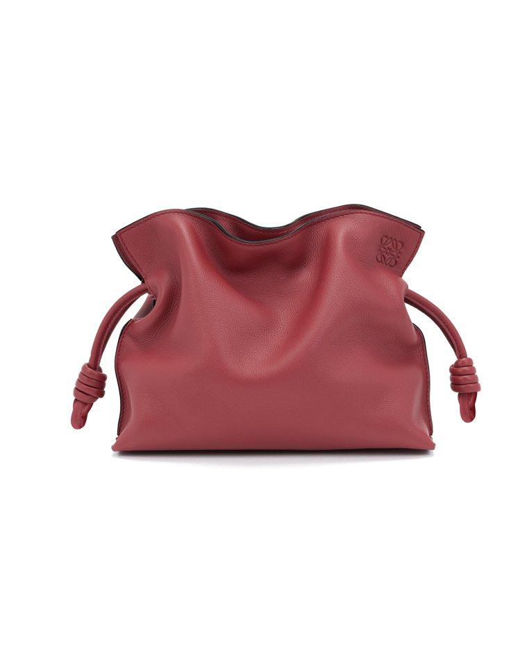 Flamenco紅色小牛皮手拿包,價格未定。圖/LOEWE提供