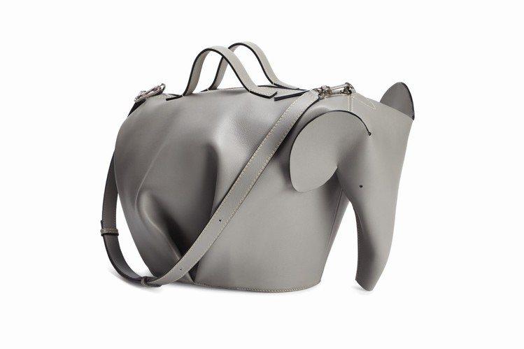 男裝Animals大象造型煙灰色小牛皮超大尺寸肩背提包,11萬1,000元。圖/...