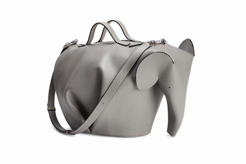 男裝Animals大象造型煙灰色小牛皮超大尺寸肩背提包,11萬1,000元。圖/LOEWE提供