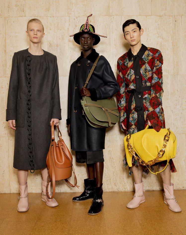 LOEWE秋冬男裝的設計靈感來自女裝與文藝復興的浪漫,配件推出大尺寸。圖/LOE...