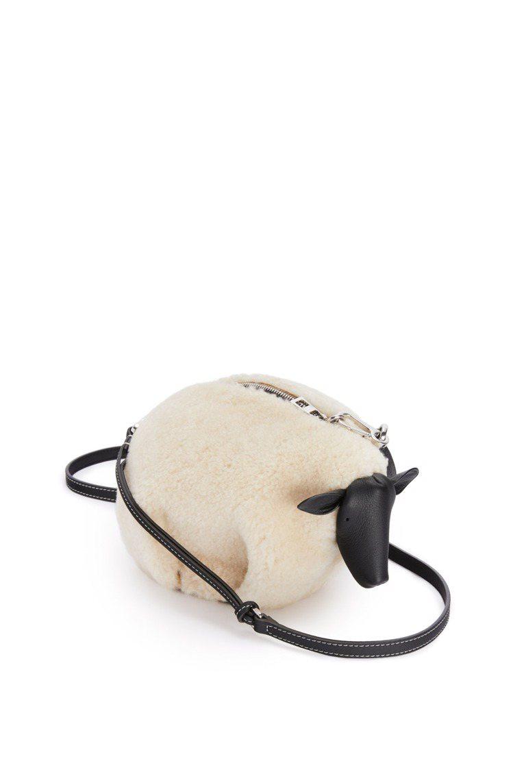 Animals小羊造型肩背包,57,000元。圖/LOEWE提供