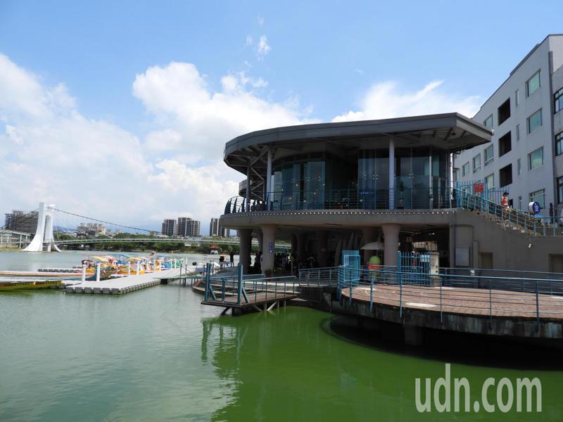 龍潭大池服務中心規劃為臨水建築,遊客可遠眺大池美景。記者高宇震/攝影