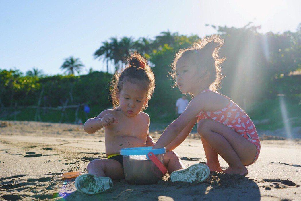 隋棠分享在恆春生活點滴,女兒Lucy(右)、小兒子Olie在沙灘上玩沙。圖/摘自...