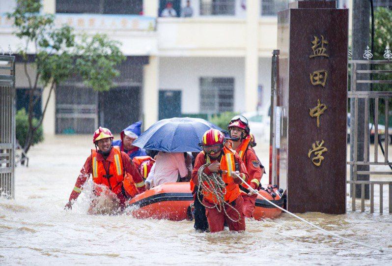 圖為九江市都昌縣救援人員,8日協助一所中學400多名師生脫困。(新華社)