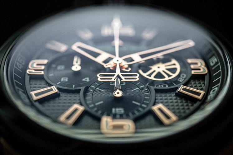 Bolt-68 Heritage的PVD玫瑰金款式,指針、數字刻度都閃耀金色光芒...