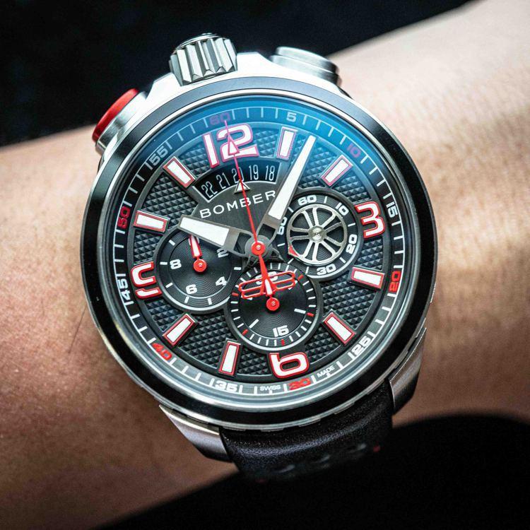特殊專利的栓銷裝置,可將手表轉換成懷表、一物二用。圖 / Bomberg提供。