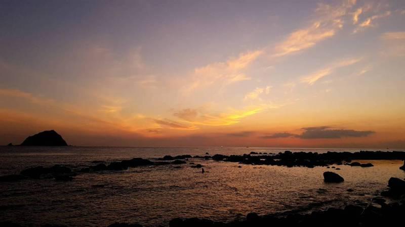 和平島追日出超夯,火燒雲、10大奇岩與日爭豔。記者游明煌/翻攝