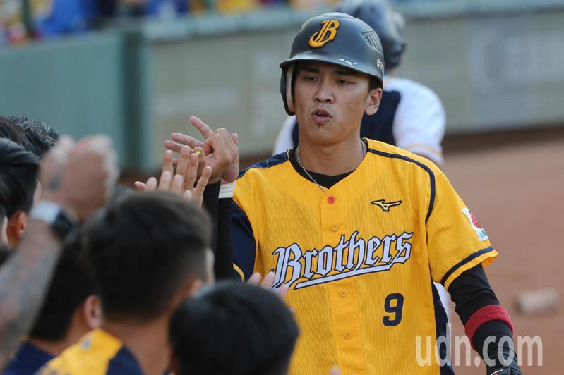 中華職棒今天下午在台中洲際棒球場進行例行賽,中信兄弟第一棒王威晨一局上半擊出內野安打,回到休息區後與隊友擊掌。記者黃仲裕/攝影