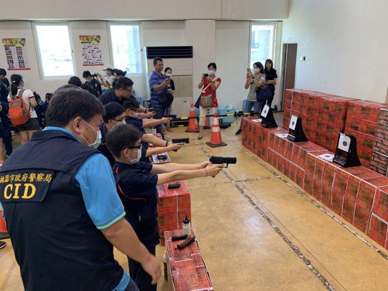 龍潭警分局舉辦「小小警察體驗競賽」活動,以寓教於樂的方式讓青少年認識警察工作及遠離犯罪。圖/龍潭警分局提供