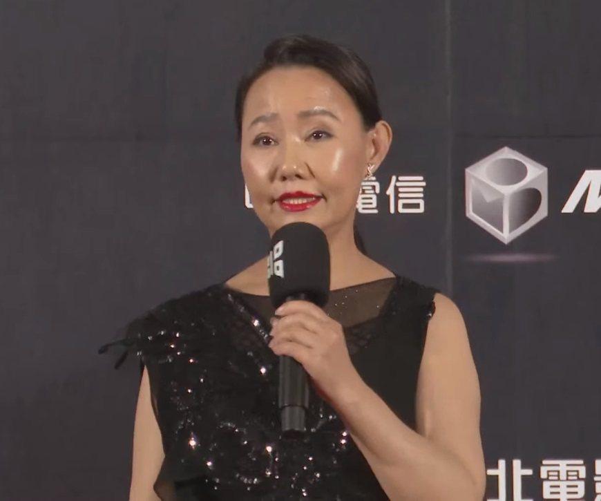 呂雪鳳的禮服採透視設計,裡面沒有穿內衣。圖/摘自YouTube