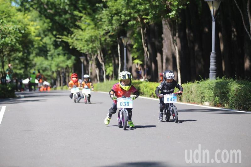 「競風小騎士滑步車競賽」今天在新威森林公園登場,參賽小朋友奮力向前衝。圖/茂管處提供