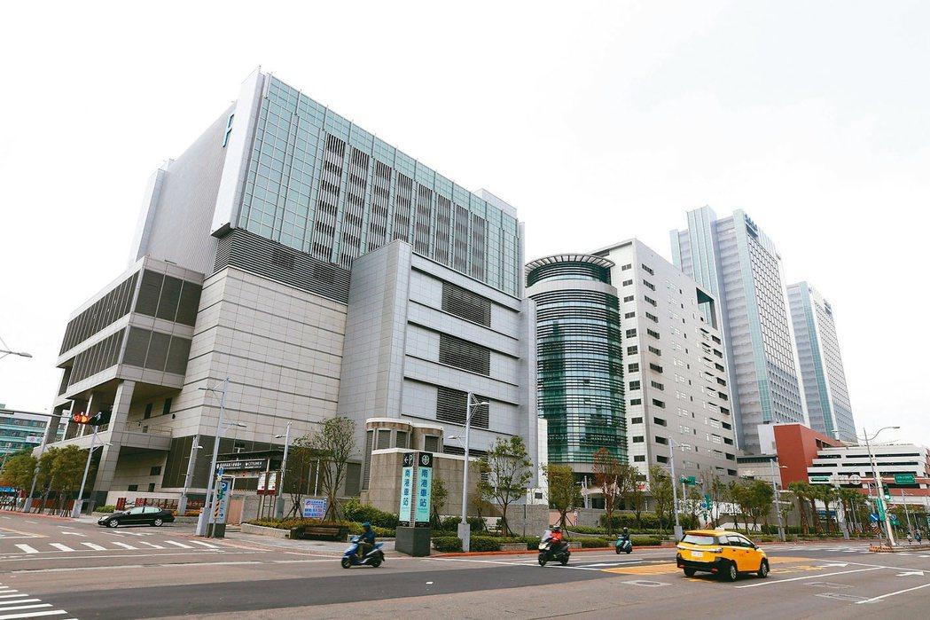 南港車站、南港citylink、六福萬怡酒店與南港路一、二段一帶街景。 (本報系...