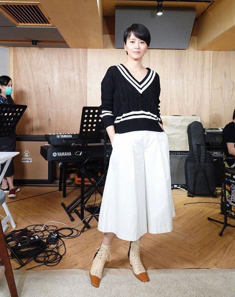 梁詠琪演繹了RALPH LAUREN春夏系列,帥氣簡約。圖/取自臉書