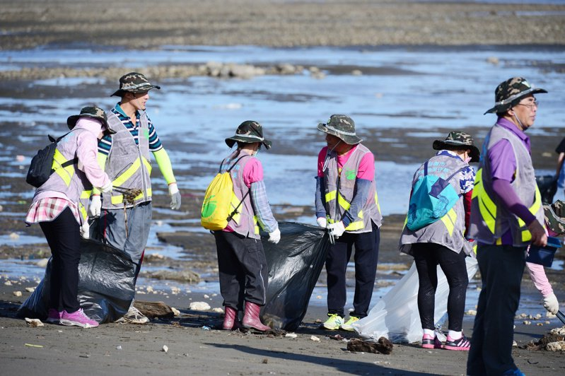 桃園市海岸線長,淨灘活動能協助清理堆置岸上的海洋垃圾。圖/桃園市環保局提供