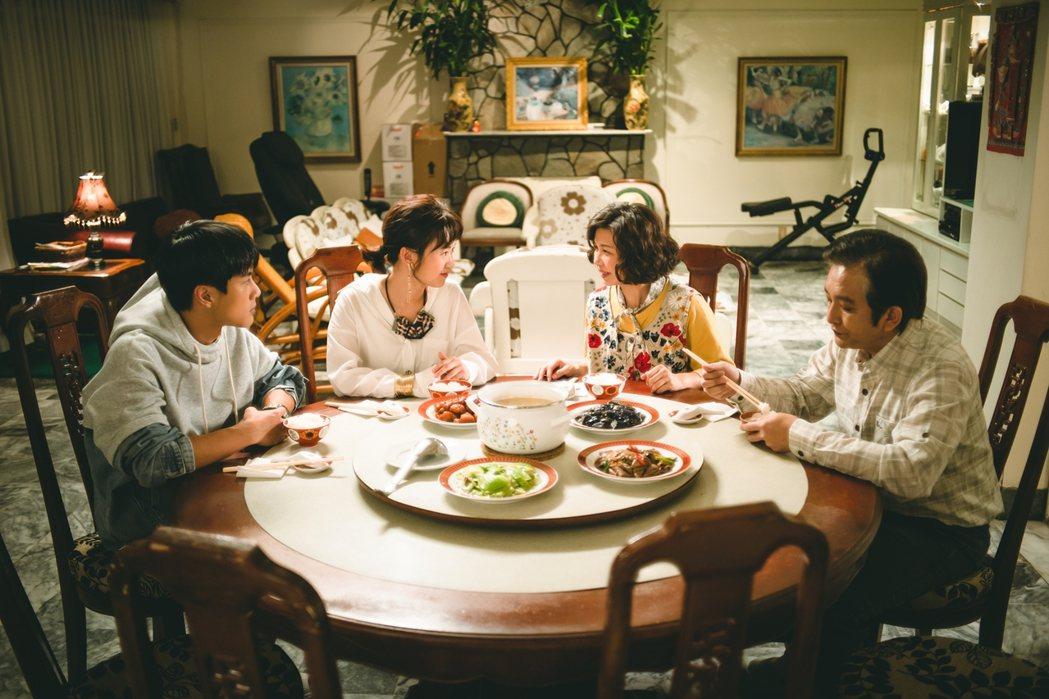 嚴正嵐(左二)在戲中陰錯陽差住到李冠毅(左)的家中,飾演爸媽的于子育、溫吉興熱情...