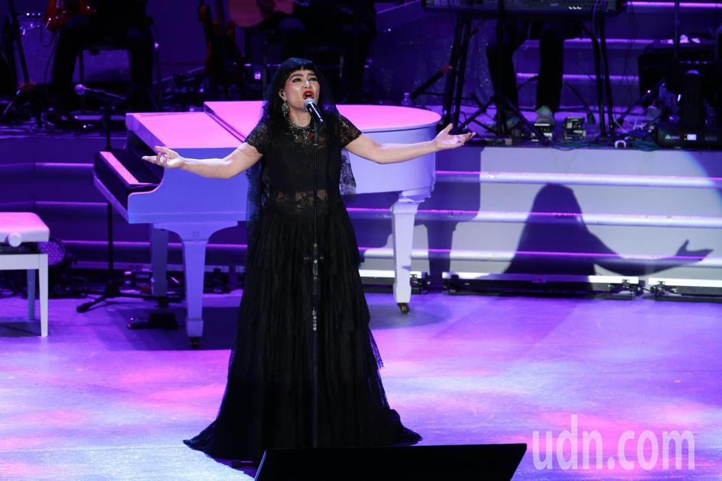 歌手潘越雲在台北國際會議中心舉辦2020巡迴演唱會,她以一襲黑紗出場,一連演唱從...