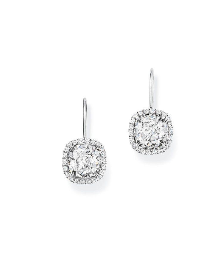 Harry Winston,枕型切工鑽石耳環,鉑金,鑲嵌70顆圓形明亮式切工鑽石...