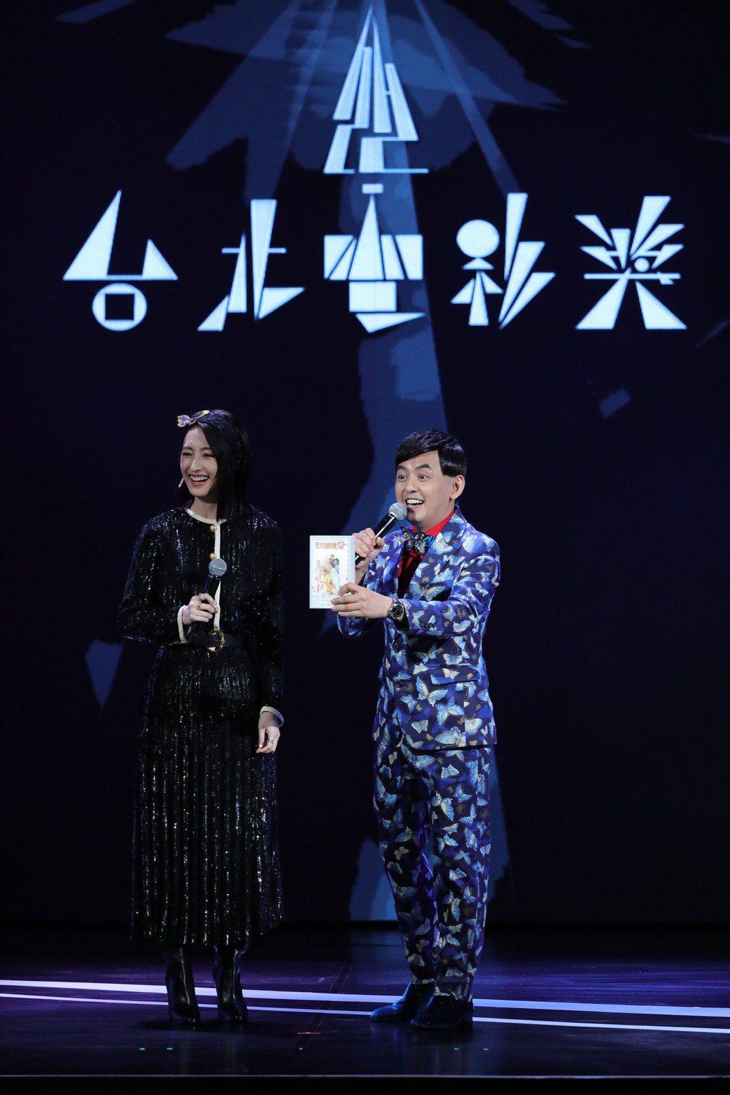 柯佳嬿(左)、黃子佼(右)擔任第22屆台北電影獎主持人,全場妙語如珠。圖/台北電...