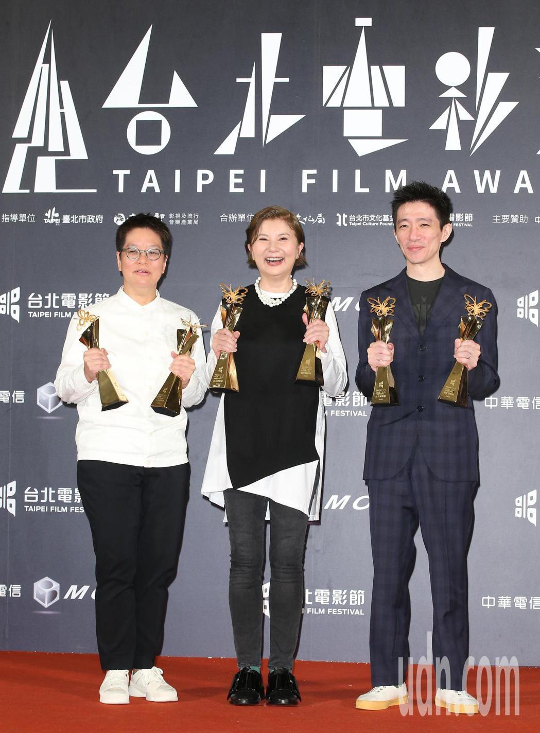 監製李烈(中)、李耀華(左)與導演徐漢強(右)。記者陳立凱/攝影