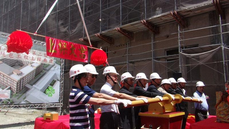 雲林第二監獄新建大樓昨天舉行上樑儀式,由矯正署長黃俊棠主持。記者蔡維斌/攝影