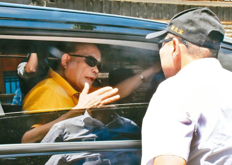 新北市長侯友宜(右)精準攔車,蘇行政院長蘇貞昌(左)巧妙而有智慧的回應,兩人各取所需,蘇對侯說「你最會講」,其實也是在誇自己。圖/聯合報系資料照片
