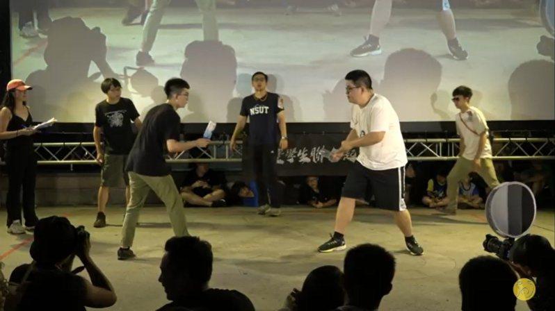 首屆「羅馬競技生死鬥冠軍賽」今晚在公館水岸激烈開戰。圖/擷取自反正我很閒Youtube直播