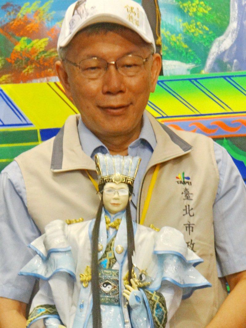 台北市長柯文哲參訪雲林,獲贈柯文哲戲偶。記者蔡維斌/攝影
